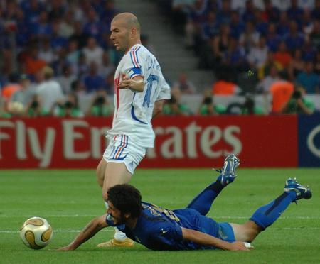图文:意大利VS法国 加图索与齐达内拼抢时摔倒