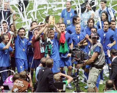 图文:搜狐直击意大利世界杯夺冠 全队一片欢腾