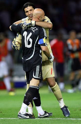 图文:意大利6-4法国 布冯与巴特斯拥抱