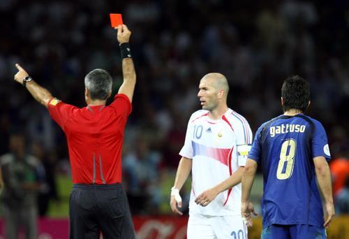 图文:意大利6-4法国 齐达内领到红牌