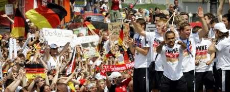组图:德国球员大欢庆 球员感谢球迷