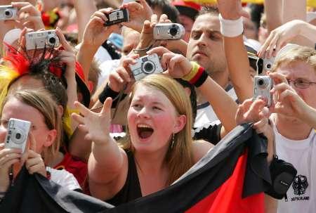 组图:德国球员大欢庆 现场热情球迷