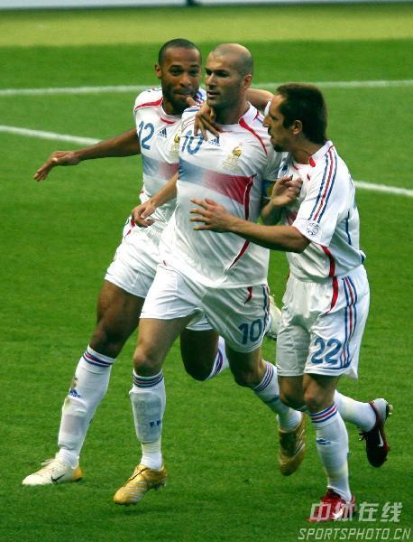 图文:意大利6-4法国 齐达内庆祝主罚点球命中
