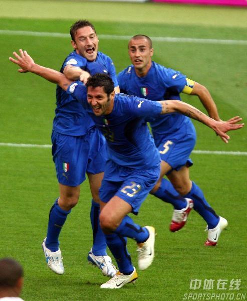 组图:意大利6-4法国 马特拉奇庆祝头球破门