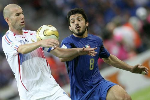 组图:意大利6-4法国 齐达内球场上风采