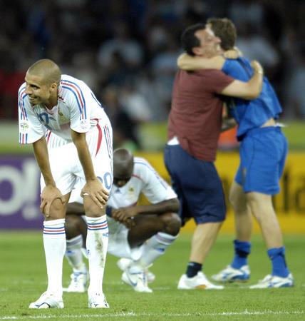 图文:意大利6-4法国 特雷泽盖失利后神情沮丧