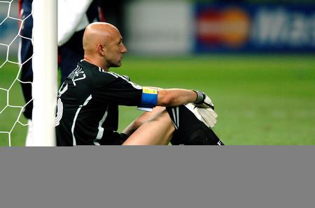 图文:意大利6-4法国 巴特斯靠着门柱坐在地上