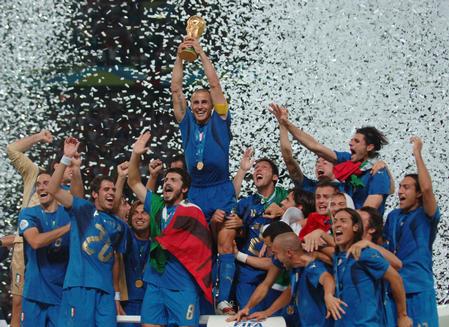 图文:意大利6-4法国 卡纳瓦罗高举大力神杯