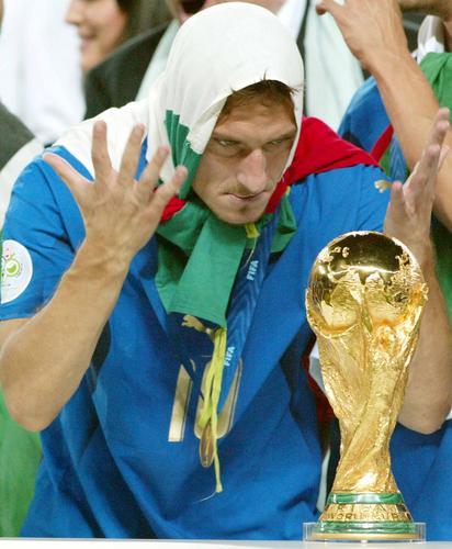 组图:意大利6-4法国 托蒂亲吻奖杯全过程