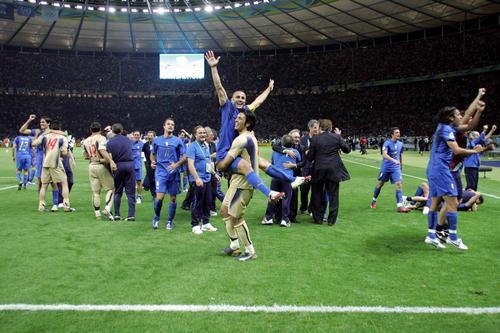 组图:意大利6-4法国 高呼胜利的意大利球员