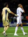 图文:意大利6-4法国 布冯安慰对方球员