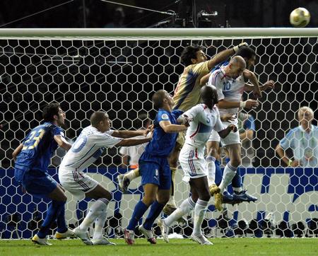 图文:意大利6-4法国 布冯在比赛中门前救险