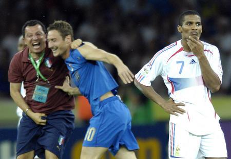 图文:意大利6-4法国 马卢达比赛失利神情沮丧