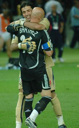 图文:意大利6-4法国 布冯拥抱安慰巴特斯