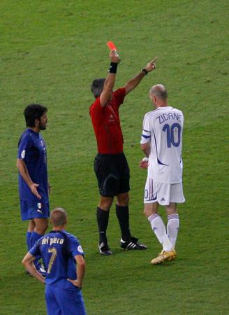 图文:意大利6-4法国 齐达内被出示红牌
