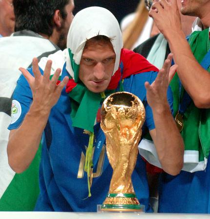 图文:意大利6-4法国 托蒂颁奖仪式上盯着金杯