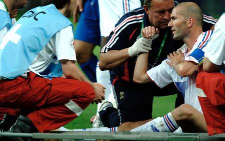 图文:意大利6-4法国 齐达内受伤下场接受治疗