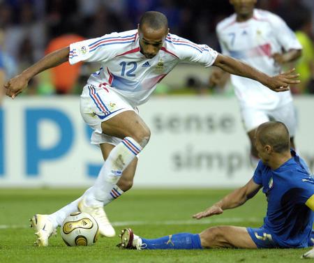 图文:意大利6-4法国 亨利在比赛中带球突破