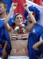 图文:意大利6-4法国 球迷在分享胜利的喜悦