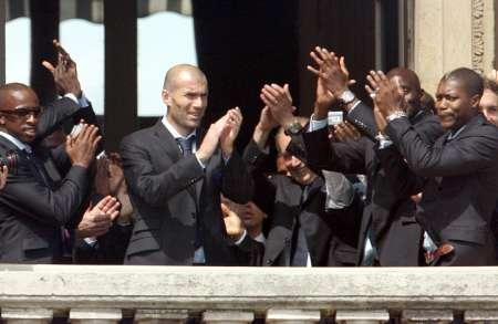 组图:法国总统接见法国队 队员向球迷鼓掌感谢