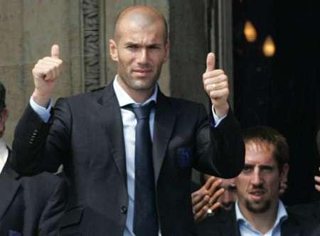 组图:法国总统接见法国队 齐达内竖起大拇指