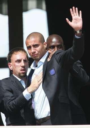图文:法国总统接见法国队 特雷泽盖向球迷招手