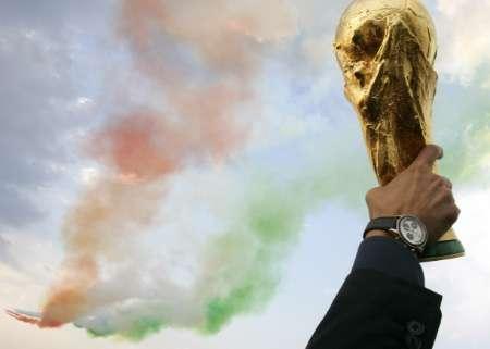 图文:意大利队携金杯回国 黄色金杯高高在上