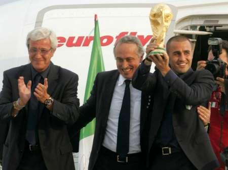 图文:意大利队携金杯回国 卡纳瓦罗高举金杯