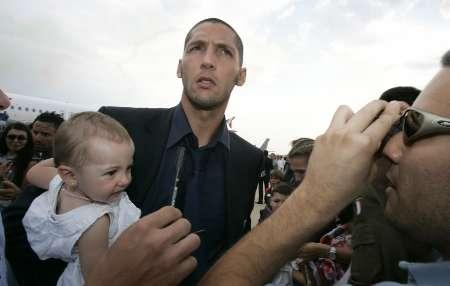 图文:意大利队携金杯回国 马特拉齐场下当慈父