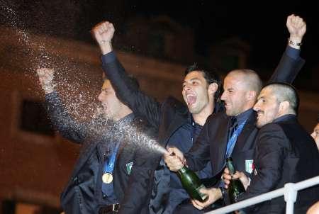 图文:意大利队携金杯回国 球员开香槟庆祝夺冠