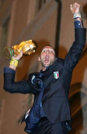 图文:意大利队携金杯回国 马特拉齐搞笑动作
