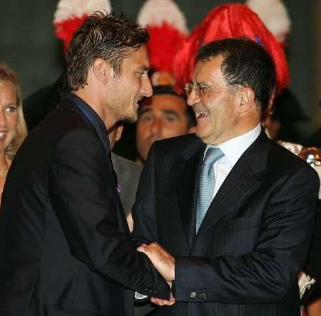 图文:意大利队携金杯回国 托蒂和总理亲密接触
