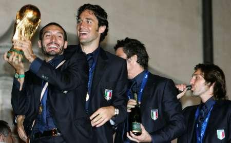 图文:意大利队携金杯回国 赞布罗塔握杯狂笑