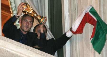 图文:意大利队携金杯回国 托蒂在展示金杯