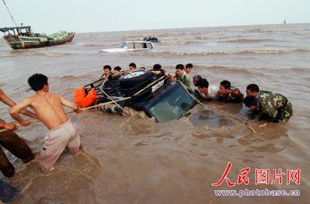 """海滩兜风轮陷沙中 上海四吉普车集体""""洗澡"""""""