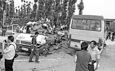 云南陆良特大车祸 两辆客车相撞21人死亡(组图)