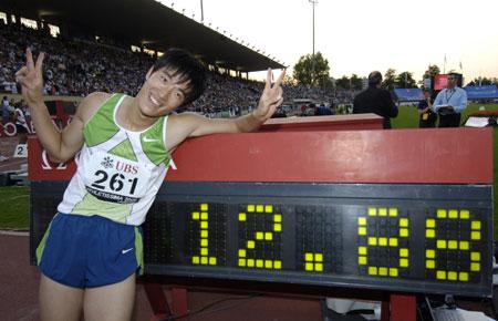 图文:刘翔打破110米栏世界纪录 历史性一刻