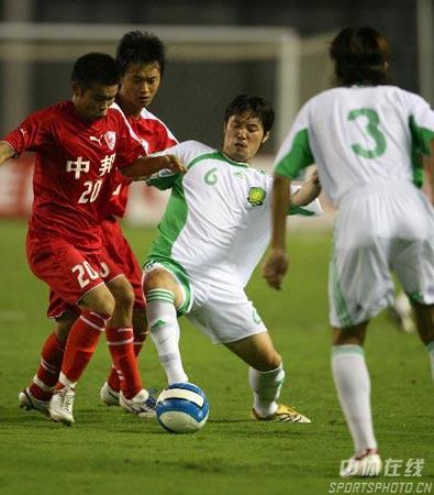 图文:中超第17轮联城0-0北京 球员拼抢激烈