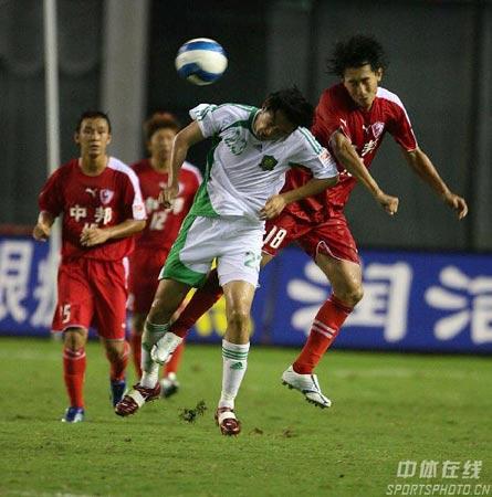 图文:中超第17轮联城0-0北京 双方球员争顶