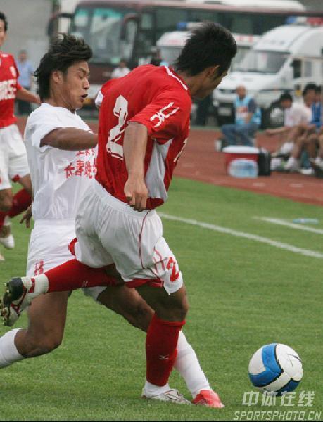 图文:长春亚泰3-1重庆力帆 重庆夏金带球突破
