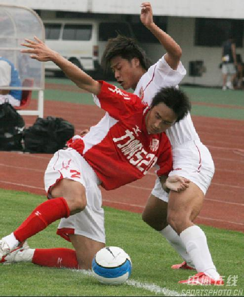 图文:长春亚泰3-1重庆力帆 重庆夏金倒地护球