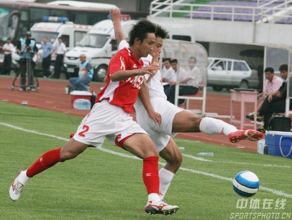 图文:长春亚泰3-1重庆力帆 双方球员拼抢激烈