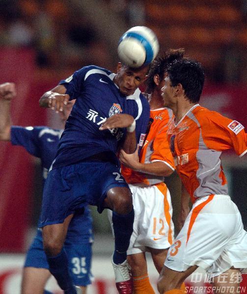图文:深圳2比2战平西安国际 维森特头球攻门