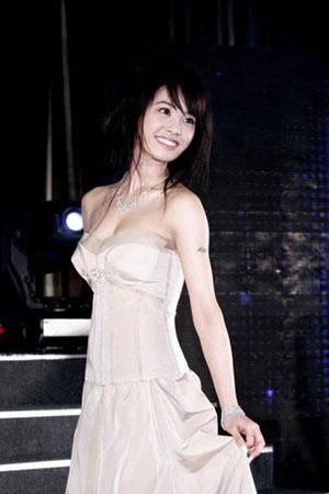 组图:蔡依林爆乳成性 低胸礼服大泄胸前春光