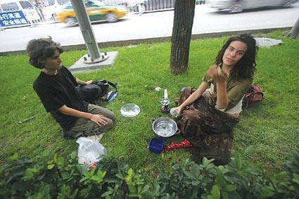 外国游客在北京绿化带煮饭 绿地环境遭破坏(图)