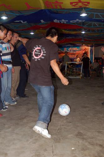 世界杯狂欢夜上与网友互动的足球游戏