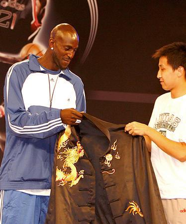 """图文:""""狼王""""在上海亮相 接受球迷赠送唐装"""