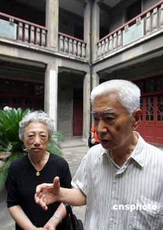 西方教师在日军慰安所遗址 了解性奴隶制度(图)