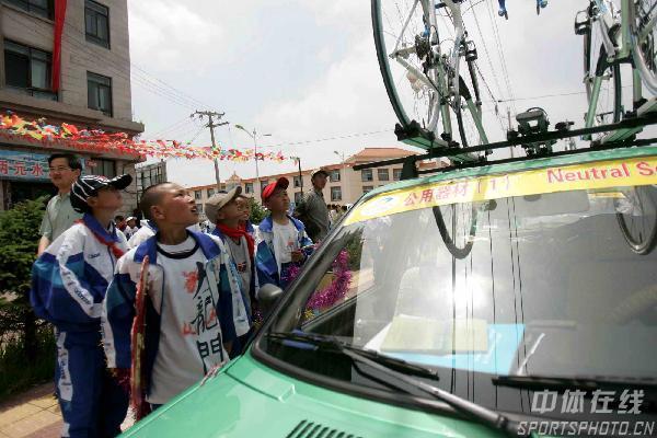 图文:环青海湖赛第二天赛况 小朋友对赛车向往