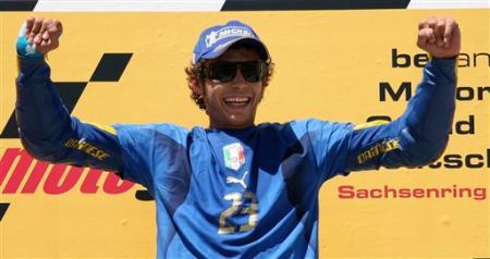 罗西声援偶像马特拉齐 小飞侠夺冠身穿23号蓝衫